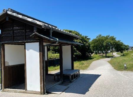 萩博物館入り口付近にある、屋根付きベンチ。フリーWi-Fiが使える。