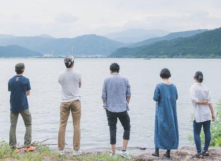 余呉湖を眺める現役の協力隊員(5人_R3.8現在)