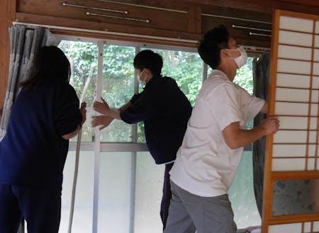 空き家清掃作業の様子