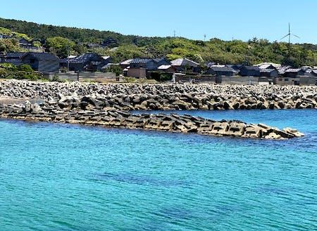 集落内に赤崎漁港があります。徒歩圏で海水浴や釣りができます。