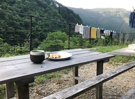 朝のコーヒーを山を眺めながら