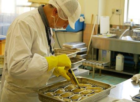 サツマイモスイーツを作る永井さん。さつまいもペーストを型に流し込み、オーブンで焼き上げます。