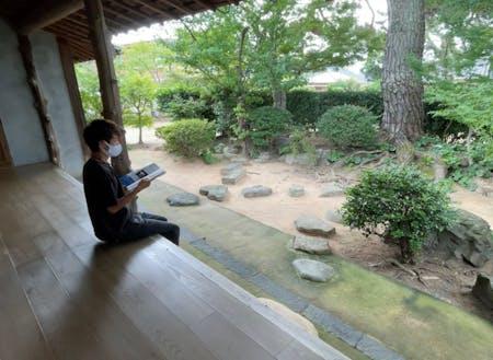 縁側で本を読む。中庭から吹く風が非常に心地よい。