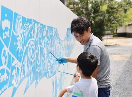 明倫学舎での壁画ワークショップの様子。