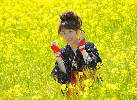菜の花をバックに、「菜の花むすめ」の写真を撮影できます。(商品・賞金あり)