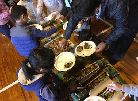 親子登山を企画。お昼は高千穂名物かっぽ鶏。教わりながら、子どもたちも料理に参加しました。