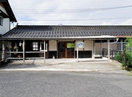 エキマエノマエ:西日本旅客鉄道 姫新線 久世駅 の真ん前に鎮座しています。