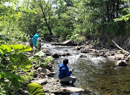 川のガイド事業を行う園部さんの協力を得て、渓流釣り体験しました。