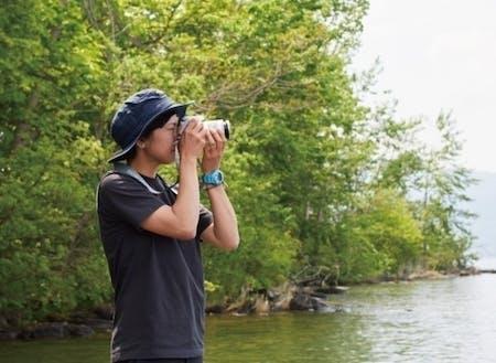 大好きな自然を求めて洞爺湖で撮影する現協力隊