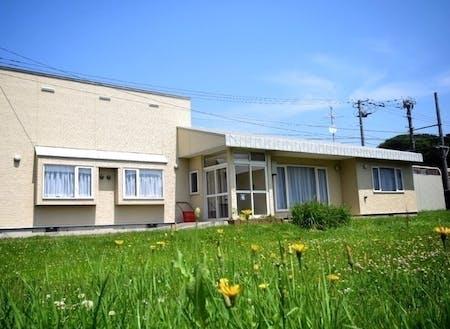 ワーキングステイ体験住宅の外観。役場に隣接していて、最寄りのコンビニは徒歩1分