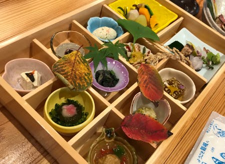 島内にある日本料理店「離島キッチン海士」で提供している箱膳昼食