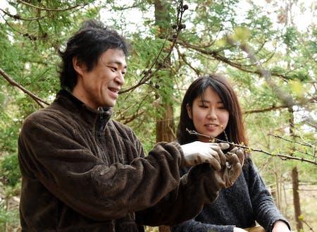 島食の寺子屋講師から山椒について教わる様子