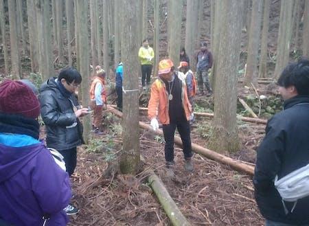 獣道の探し方、罠の設置方法、ガイドや地元猟師が丁寧に説明