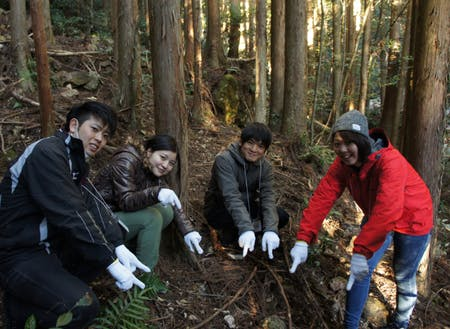 参加者でグループに分かれて罠の設置場所を探します