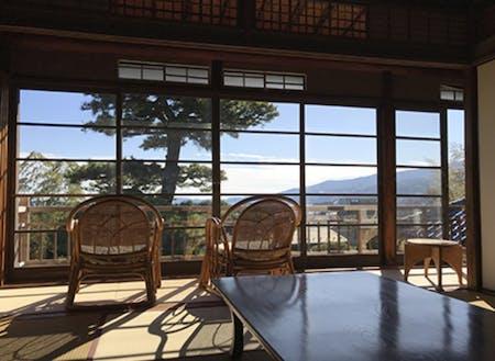 2階の部屋から望む、 小田原の街並みと相模湾の景色