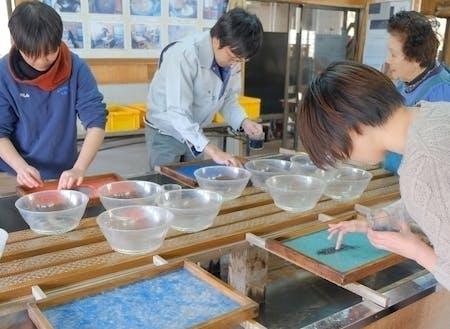 成島和紙の紙すき体験の様子。北限の和紙づくりをぜひ体験してみてください。