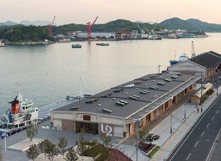 「ONOMICHI U2」は、70年以上前に建てられた海運倉庫をリノベーションした サイクリストフレンドリーな複合施設。ホテル、レストラン、バー、ベーカリー、サイクルショップなどを併設。