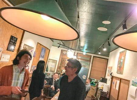 ゲストハウスのラウンジでもある〝バー〟に集う、宿泊客や地元の人たち。