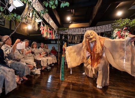 一晩中舞明かす高千穂の夜神楽。写真は、インバウンドプログラムとして特別に奉納されたもの。