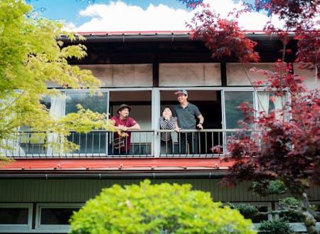 坂勘の裏側、シェアハウスとして貸し出す部屋から中庭に向かって坂勘のシェアメイトが集まり初めて撮影した記念写真!