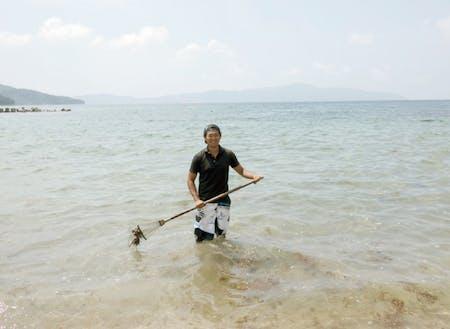 海に入りながらの清掃