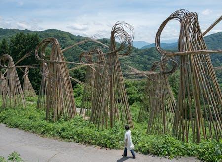 ニコライ・ポリンスキー「Bamboo Waves」2017年(八坂地区の竹を使って、地元住民と作家が一緒になって作り上げた作品)