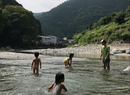 近所の川で遊ぶ大谷家