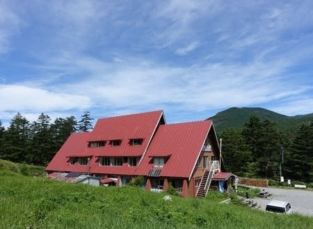 赤い屋根が印象的な麦草ヒュッテ(宿泊)