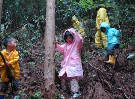 雨の日でも五感を感じながら遊ぶ子供たち