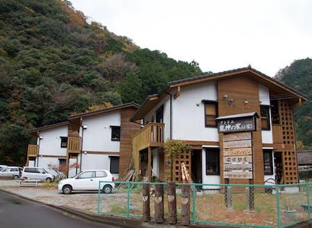 アーティストさんたちが活動し暮らす「アトリエ龍神の家」。紀州材がふんだんに使われた個性的な建築物。