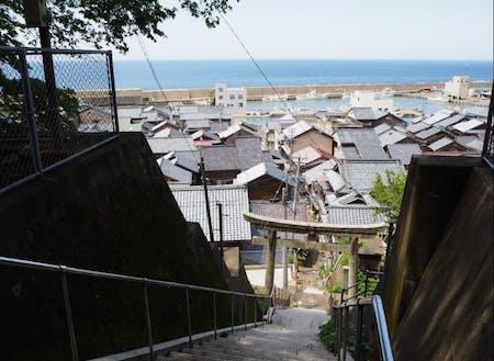 海と山が非常に近く、高台からまちと海の絶景が見渡せます。