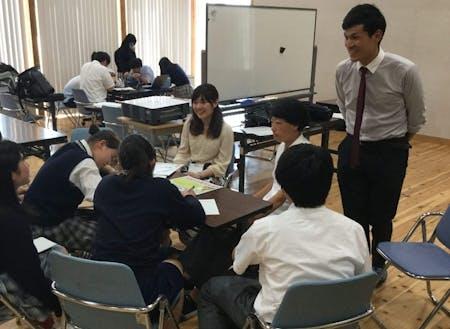 公営塾「神峰学舎」の様子。教科学習の他にも様々な分野のゲストを呼んで生徒と意見交換をする機会を設けています