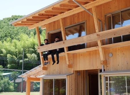 2階の窓から腰掛けると目の前に風光明媚な景色が拡がります