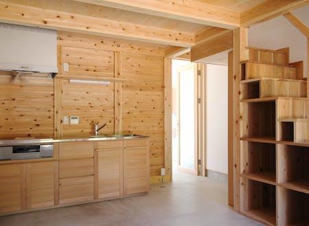 地元家具作家による八女杉造作キッチンなど八女杉をふんだんにつかった気持ちのよい空間です