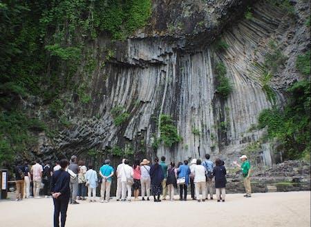 玄武洞のガイド風景