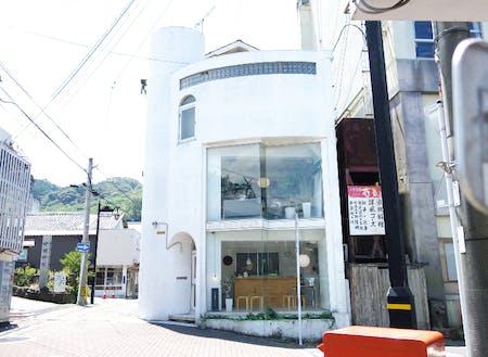 小浜町在住デザイナー、古庄悠泰さんの「景色デザイン室」外観。1Fは休日に営業するカフェ。