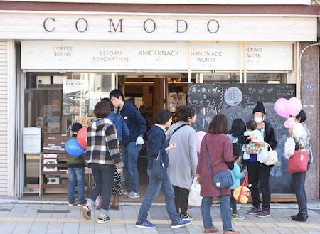 街なかの各店舗が一同に開催した「100円商店街」を楽しむ
