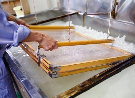五箇山地域の伝統工芸 五箇山和紙の和紙漉き体験ができます
