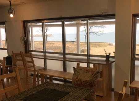 カフェの海の見える席