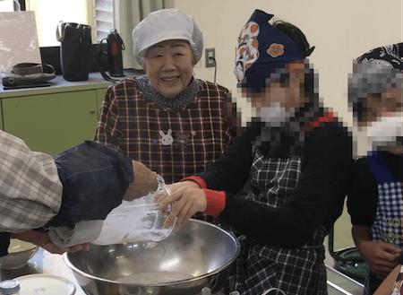 小学生が地域の産品加工グループとこんにゃく作り!おばちゃんも笑顔!