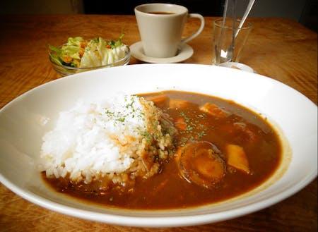 直島にあるカフェで人気のシーフードカレー