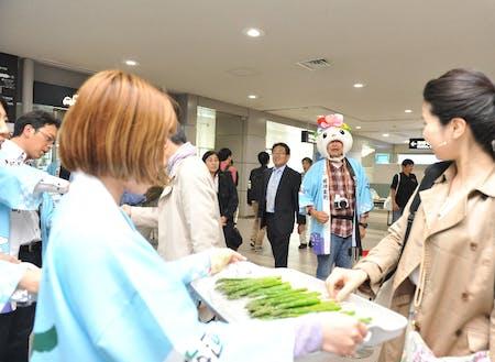 旭川空港で特産品のアスパラを、空港到着客にふるまうイベント