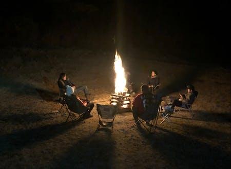 焚火を囲んでのキャンプ