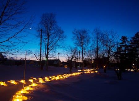下川の冬の風物詩「アイスキャンドル」が、雪に包まれた町を照らす
