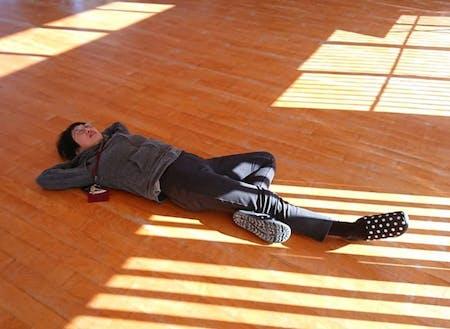 ホールでお昼寝する社長