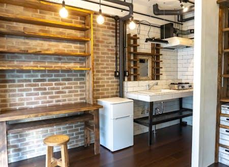 古築物件「寿し忠ビル」の一室をリノベーション。都内から熱海に移住した男性のリクエストから、おしゃれなブルックリンテイストの部屋が完成しました。