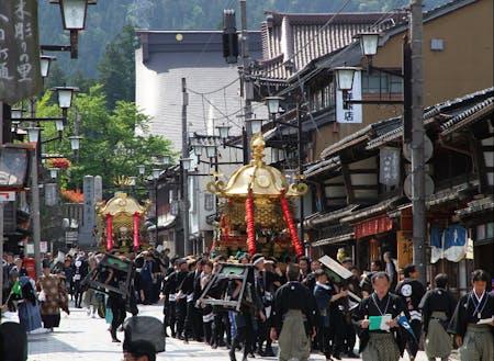約1tの神輿を40人で担ぎ、井波のまちを練り歩きます