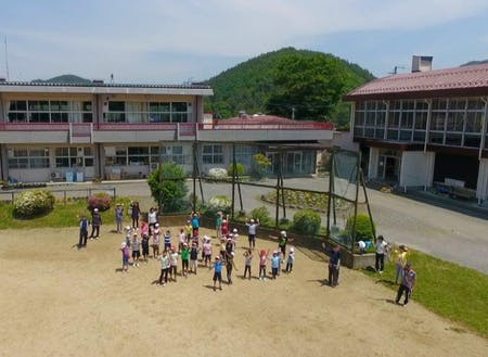 「地域全部が校庭」の新山小学校は地区全体で子どもを見守る
