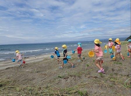 身近な里山里海でのびのびと遊ぶ子どもたち