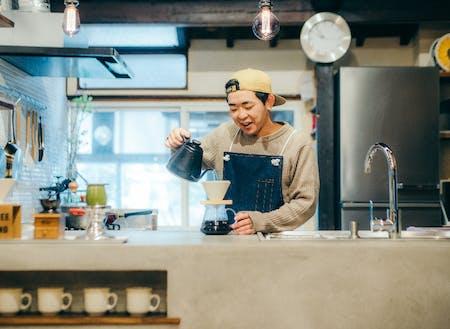 焙煎した珈琲豆をネット販売している管理人候補生なおと。坂勘土の人(農業担当)シェアメイトは多彩で多様なキャラクターが集まっている。